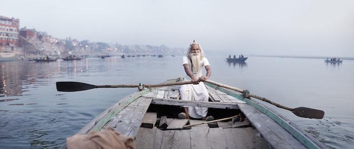 Аскет Баба Виджай Нунд плывёт в лодке по реке Ганг