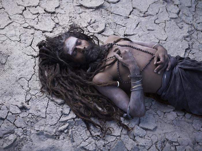 Садху Агхори покрывают себя человеческим пеплом во время ритуального отречения от земного тела