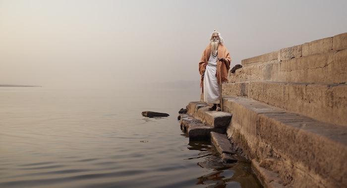 Баба Виджай Нунд на ступенях на набережной Ганга
