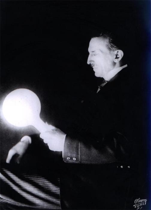 Никола Тесла с электрической лампочкой