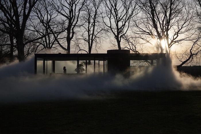 Каждый час 600 специальных насадок превращают чистую воду в туманное одеяло, которое накрывает здание