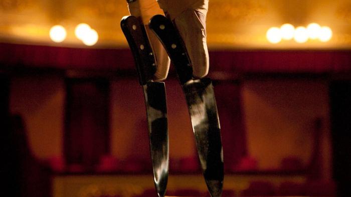Невероятное видео: на крышке рояля балерина исполняет танец  на заточенных кухонных ножах