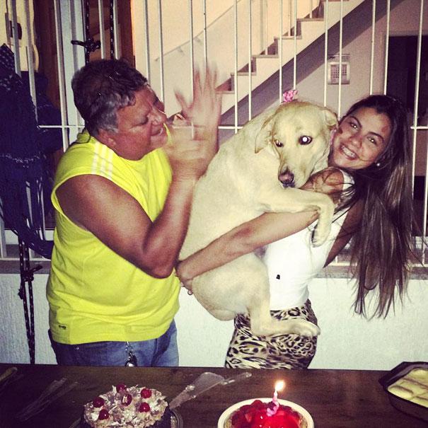 Девочка со своей собакой на руках.