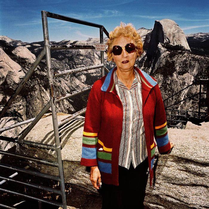 Женщина в красной кофте на Glacier Point, Национальный парк Йосемити, Калифорния, 1981 год.