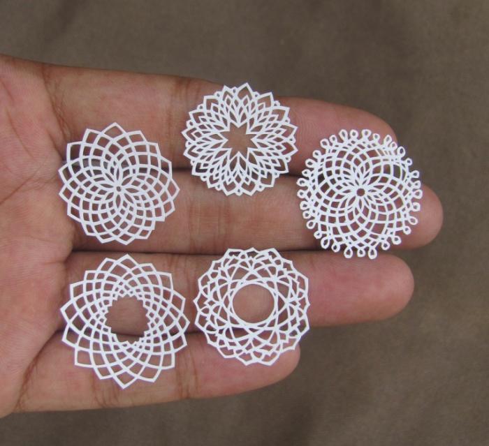 Витиеватые цветочки из бумаги от Parth Kothekar.