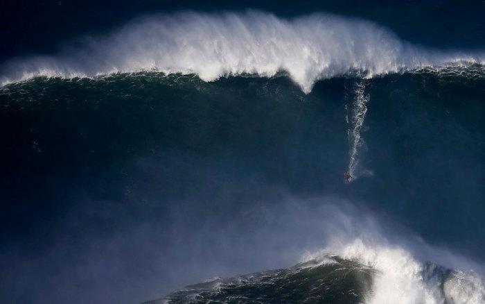 Гигантские волны на берегах Португалии.