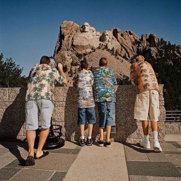 Семья в гавайских рубашках, 1998 год, Роджер Миник (Roger Minick).
