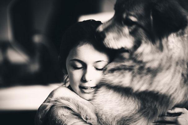 Трогательная фотография объятий собаки и ее хозяйки.
