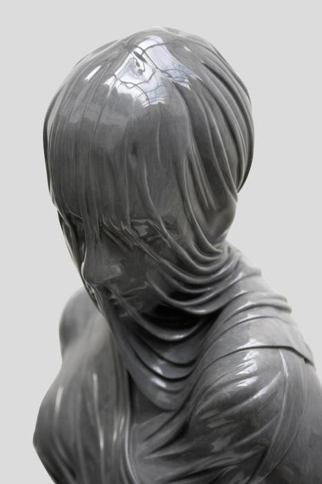 Скульптуры человеческих тел, словно окутанных тканью.