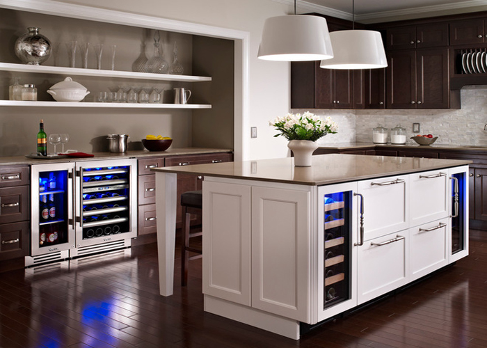 Современный мини-холодильник, аккуратно спрятанный в кухонном островке.