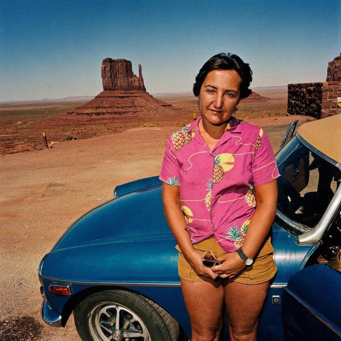 Женщина в гавайской рубашке в Monument Valley, Юта, 1980 год.
