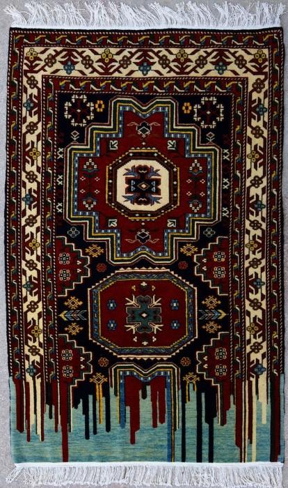 Стекающие узоры на традиционном азербайджанском ковре.