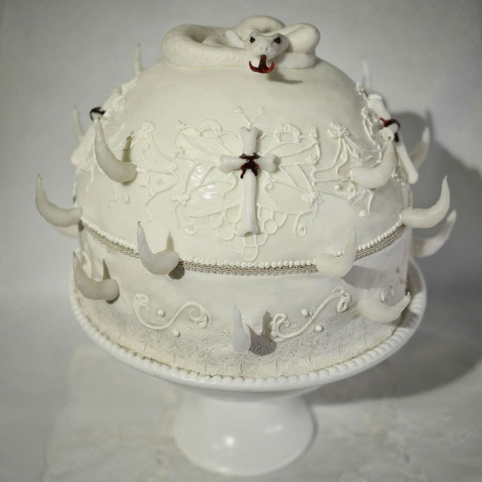 Белый торт со змеей от Кристин Макконнелл (Christine McConnell).
