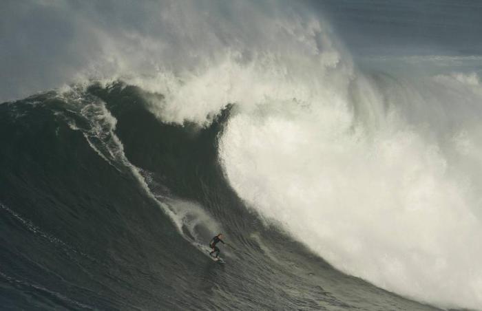 Бушующие волны в Прайа-ду-Норте (Португалия).