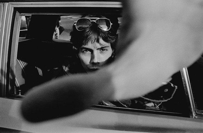 Монохромные фотографии людей в машинах от Майка Мэндела (Mike Mandel).