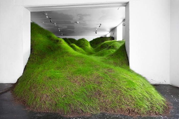 Холмистый ландшафт посреди одной из комнат норвежской галереи.