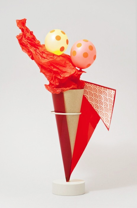Сюрреалистические рожки с мороженым из бумаги.
