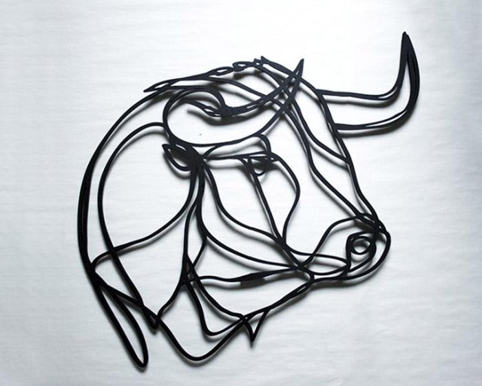 Деревянная скульптура в форме головы быка от Antoine Tes-Ted.