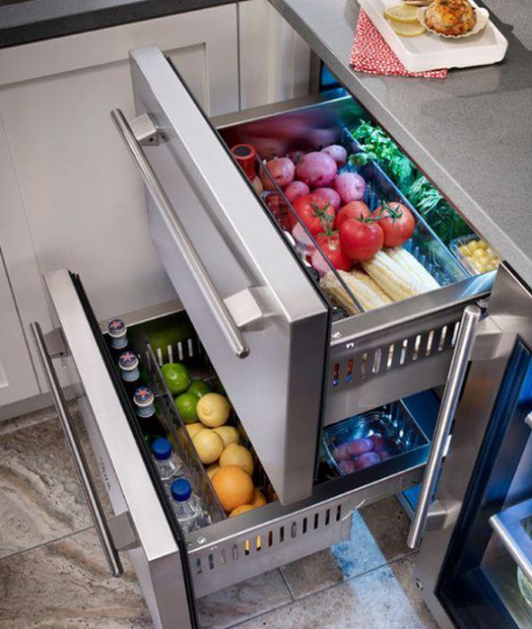 Стильный встроенный холодильник для хранения продуктов.