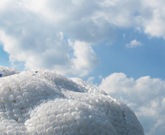 Арт-инсталляция, заставляющая задуматься над проблемой загрязнения Земли.