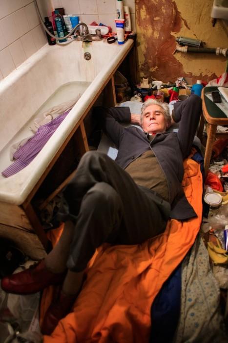 Джордж отдыхает на полу в своей ванной.
