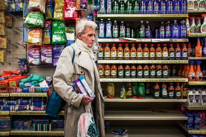 Джордж прогуливается по супермаркету - фотография из цикла