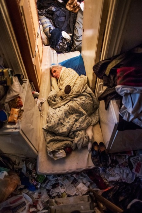 Джордж отдыхает в своей квартире, полной самых разнообразных вещей.