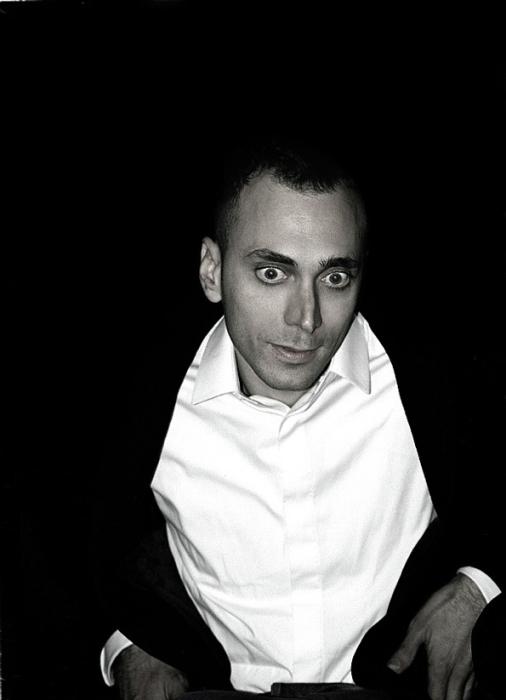 Забавный черно-белый портрет Эди Слимана (Hedi Slimane).