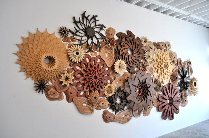 Многослойная скульптура из дерева, напоминающая морские рифы.