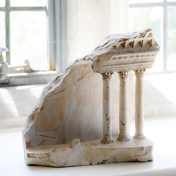 Величественные колонны и арки, аккуратно вырезанные в небольших кусках мрамора.