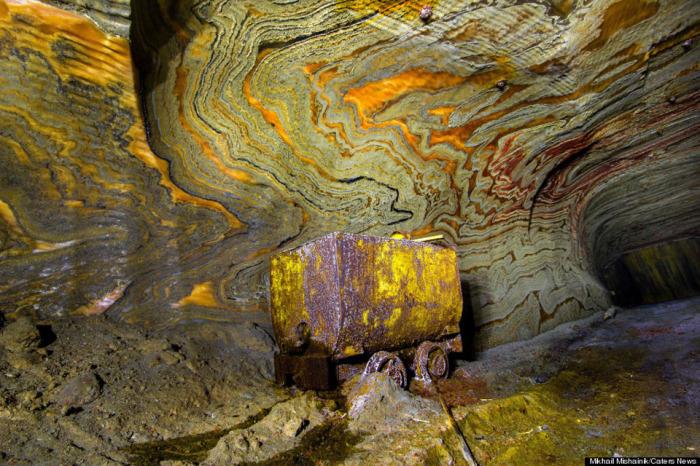 Психоделические рисунки в заброшенных соляных шахтах в Екатеринбурге.
