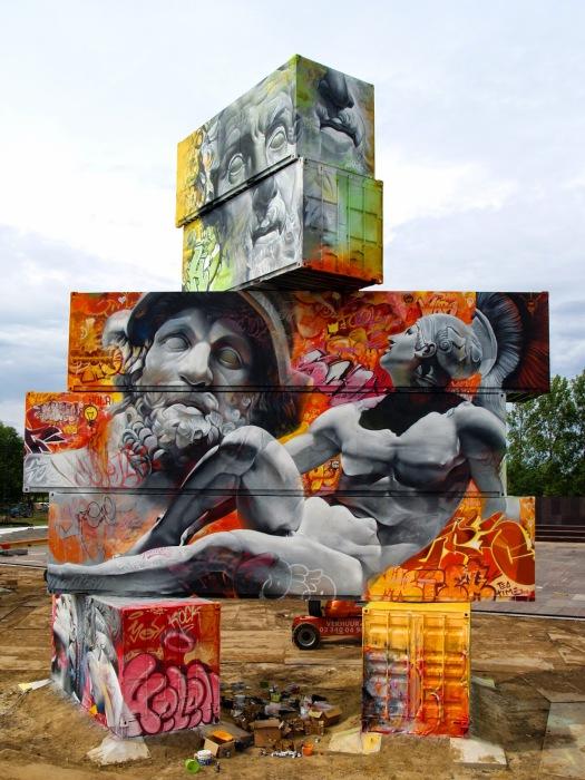 Изображения величественных греческих богов на фоне современного граффити.
