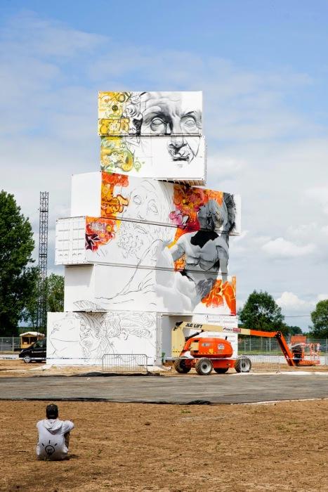 Красочная скульптура из транспортных контейнеров от дуэта Pichi & Avo и художника Arne Quinze.
