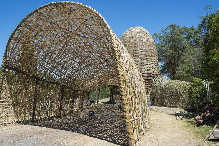 Необычная плетеная инсталляция в качестве входа на музыкальный фестиваль Woodford Folk Festival.