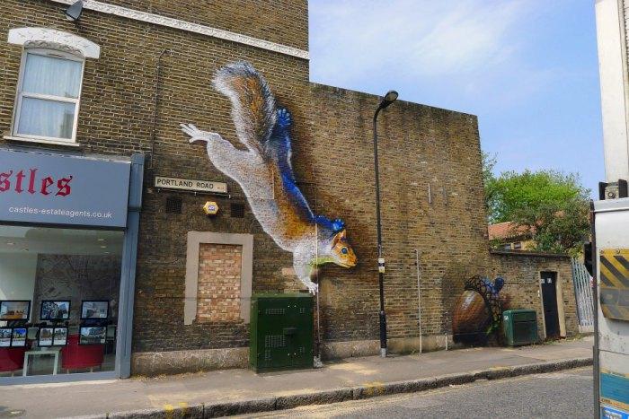 Забавная белка на городской постройке в Лондоне.