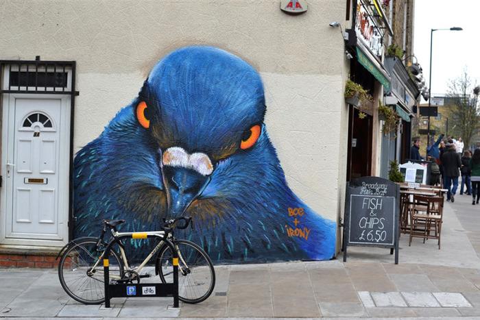 Портрет голубя на городском здании в Лондоне.