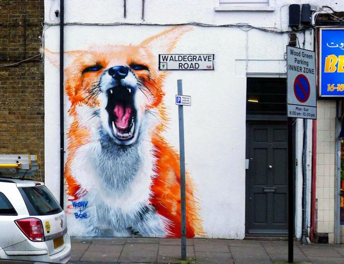 Кричащая лиса на улице Лондона от дуэта Irony & Boe.