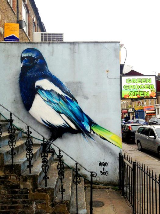 Огромное изображение птицы от Irony & Boe.