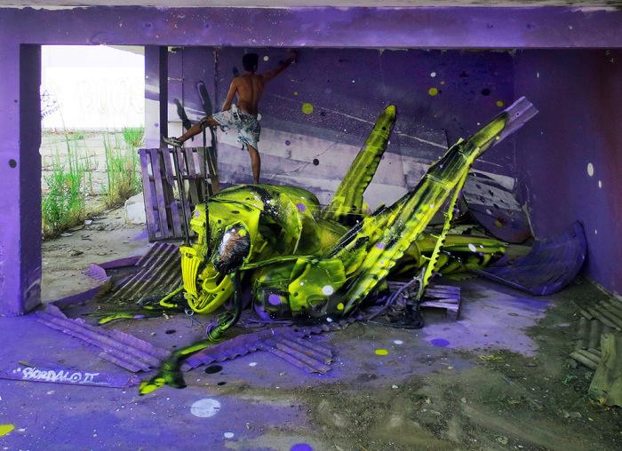 Превращение мусора в произведение уличного искусства.