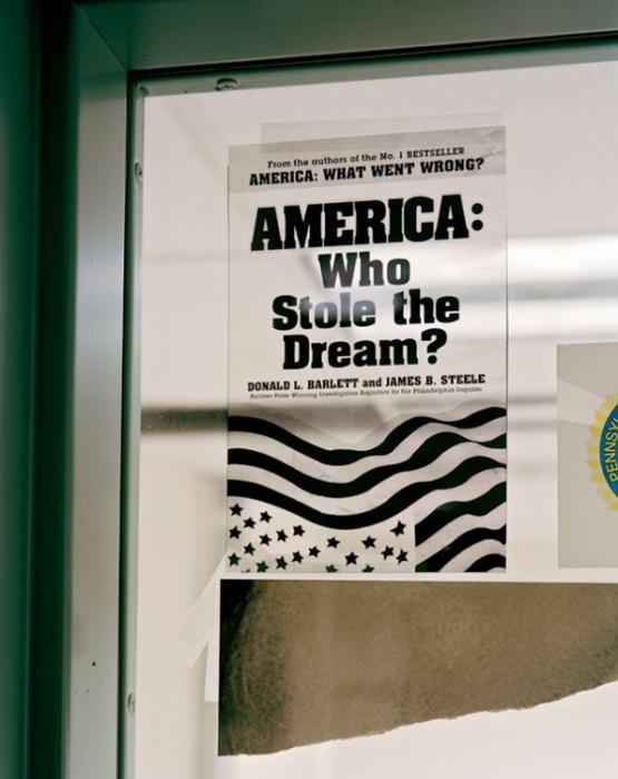 Надпись на плакате: Америка: кто украл мечту?
