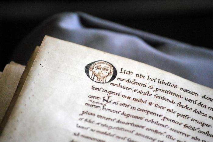 Следы, оставленные древними писарями.