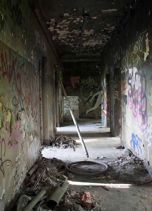 Искусство на стенах заброшенного здания в Берлине.