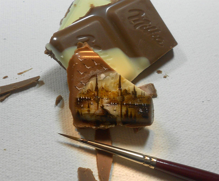 Миниатюрные картины на кусочках шоколада.