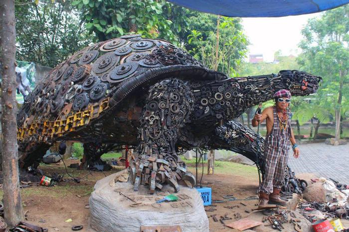 Скульптура черепахи, сделанная из ненужных металлических деталей.