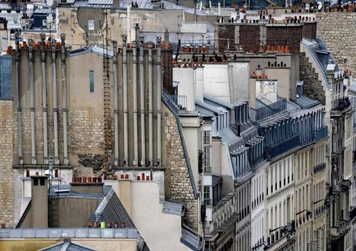 Необычный фотоцикл с изображениями городских построек Парижа.
