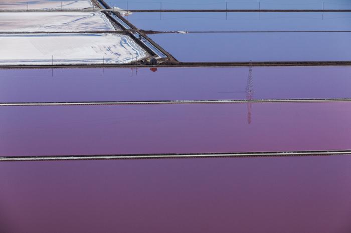 Снимки фиолетовых прудов, сделанные с высоты птичьего полета.
