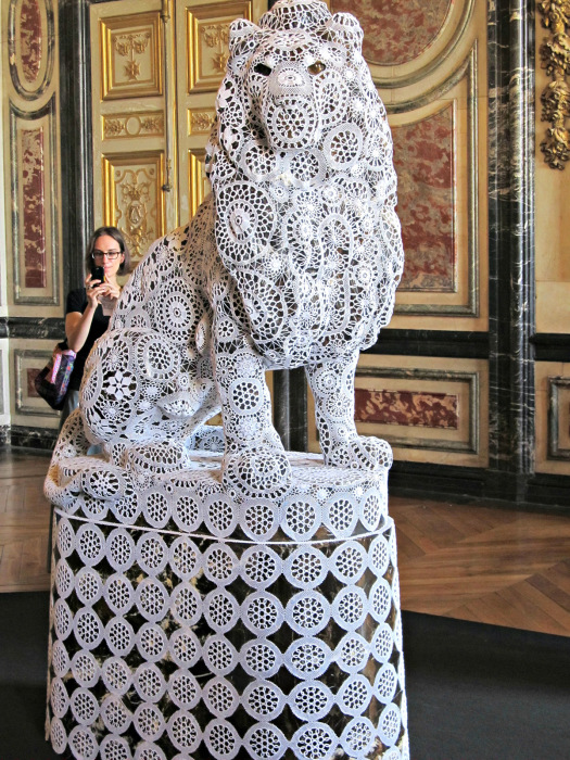 Керамические скульптуры, заключенные в кружевную оболочку, от <i>скульптура из кружева</i> Джоаны Васконселос (Joana Vasconcelos).