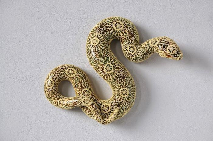 Скульптура змеи в кружевах от Джоаны Васконселос (Joana Vasconcelos).