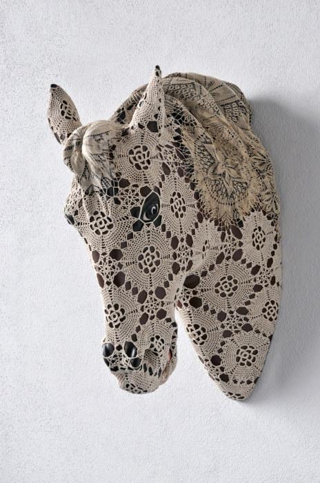Керамическая голова коня в кружевной оболочке от Джоаны Васконселос (Joana Vasconcelos).