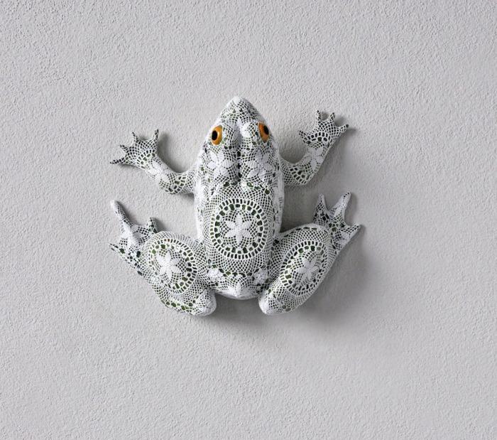 Забавная лягушка в кружевах от Джоаны Васконселос (Joana Vasconcelos).